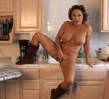 Velha Se Masturbando Na Cozinha Enquanto Maridão Filma