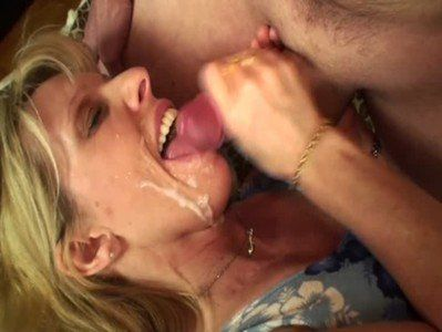 Coroa boqueteira chupando a rola do amante levando gozada na boca