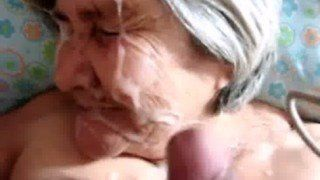 Velha safada levando gozada na cara do netinho