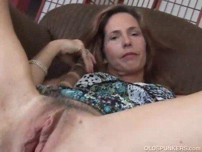 Coroa safada masturbando o bucetão e o cu em video porno amador