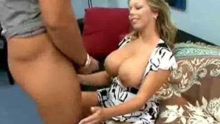 Dona de casa trepando muito nesse video porno amador