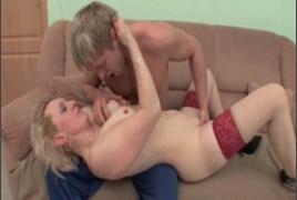 Mamãe Safada Provocando o Filho no sofá
