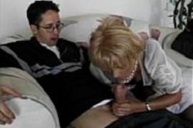 Mamãe Safada Fazendo um boquete no Filho antes de ser comida