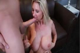 Mamãe Safada Gostosa sendo castigada pelo Filho no sofá