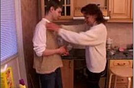 Filho Bêbado comendo a própria Mãe na cozinha