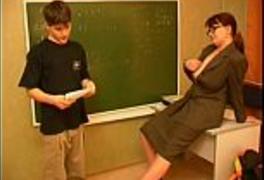Professora Safada muito Gostosa Seduzindo o Aluno Novinho