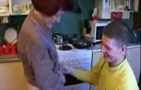 Mamãe Coroa Satisfazendo o Filho Safado na cozinha