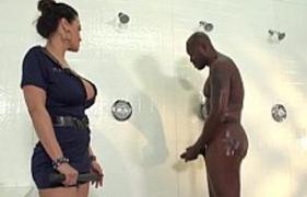 Policial Gostosa não aguentou ver o negão tomar banho