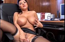 Secretária Peituda Deliciosa se masturbando no Escritório