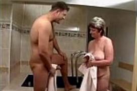 Eu Traçando minha Vovó Gostosa dentro do Banheiro