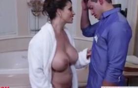 Mamãe Solteira Gostosa seduzindo o Funcionário do Hotel
