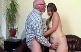 Filha Madura Rabuda satisfazendo o Papai velho safado