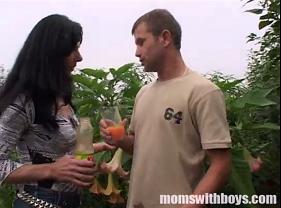 Coroa safada Carente seduziu e deu a buceta pro Jardineiro