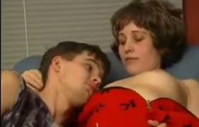 Mamãe Peituda safada Acabou seduzindo o Próprio Filho Virgem