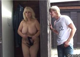 Filho Punheteiro não aguentou ver a própria Mãe trocando de roupas