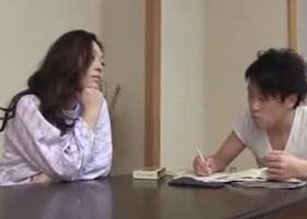 Mamãe Japonesa Safada fazendo o que não deve com o Filho Inocente