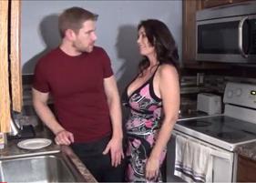 Sogra Gostosa não deixou o genro sair da cozinha sem antes comer a buceta dela