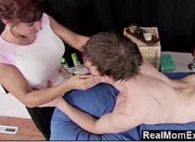 Mamãe Ruiva Peituda Fez massagem e sexo proibido com o Filho Novinho