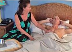 Mamãe Coroa Fogosa fazendo um boquete no filho doente pra ver se fica normal