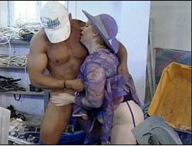 Velha gordinha sendo penetrada pelo mecânico Sarado depois de mexer com os hormônios dele