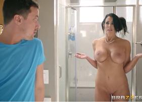 Mega Porno Com Madrasta Gostosa Facilitando a Vida do enteado que estava olhando a perseguida dela