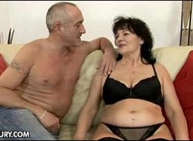 Coroa faz porno Caseiro com o seu genro que estava querendo molhar o biscoito com ela