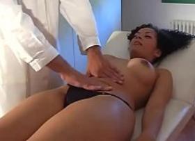 Médico metendo pau na mamãe tesuda que foi diagnosticada como uma carente que precisa de apoio