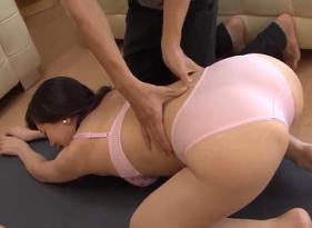 Ficou com vontade de comer a Mamãe Depois de ajuda-la com alguns exercícios do Yoga