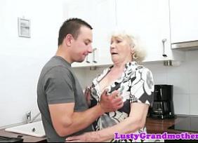 Velha de 80 anos entrando na rola do mecânico safado que queria experimentar uma vovó