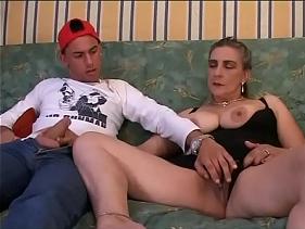 Velha Saboreando a rola do genro que não teve como negar pica para ela