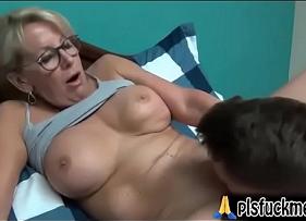 Cena Proibida de sexo com mãe peituda pegando o filho para te traçar inteira