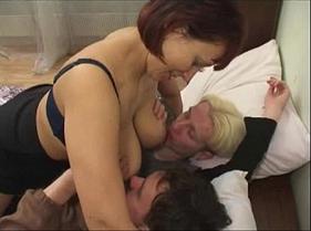 Vídeos Adulto de Coroa Casada Gostosa chamando dois novinhos para uma putaria caseira com ela