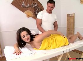 Massagem com sexo de Brinde para essa madura com saudades de um macho de pegando por trás