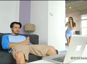 Punheteiro Ganhando uma Surpresa da sua Madrasta viciada em pênis