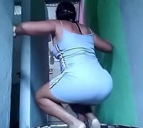 Coroa Dançando e mostrando o Rabo nesse vídeo amador que ela fez só para chamar a atenção dos punheteiros