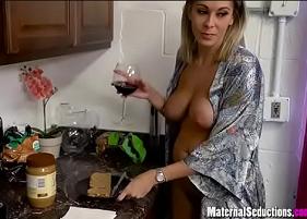 Pegando a Mãe Bêbada na hora em que o meso estava estava preparando o café da manhã