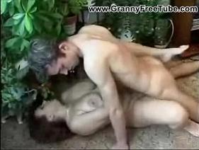 Pegando a Madura Gostosa escondido no jardim da residência dela