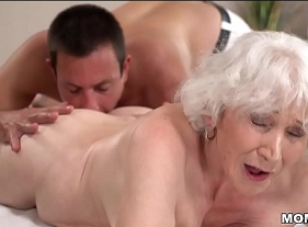 Velha de 80 anos fodendo com o massagista comedor de mulheres idosas que nem ela