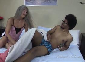 Sexo com Velha Safada que foi Acordar o Genro para pedir bambu preto
