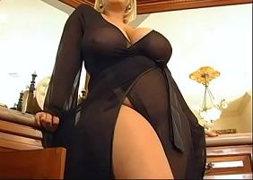 Coroa Sexy mamando na rola do homem trabalhador que foi fazer um serviço na casa dela e terminou ganhando um sexo oral de bônus