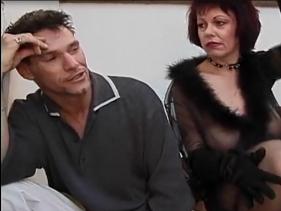 Coroa Acalmando o Genro com sexo caseiro depois de encontrá-lo um pouco estressado dentro de casa