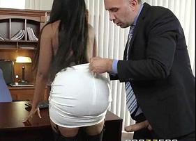 Secretária Negona Rabuda Liberando geral para o chefe que não deixou escapar esse traseiro delicioso