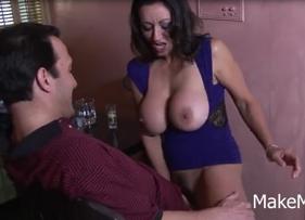 Sexo no bar com Coroa Bucetuda liberando geral para o dono que malandramente liberou cachaça para ela de graça