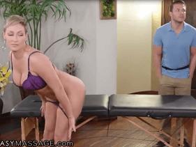 Gostosa na massagem entrando na rola do homem sedutor