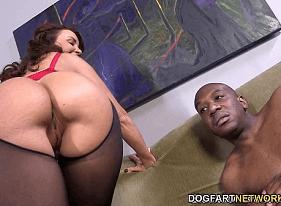 Mãe Cavala solteira se divertindo com um negão Pirocudo