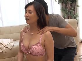 Rapaz Excitado querendo sexo com a mãe japa gostosa