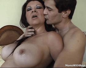 Coroa Mega Gostosa fazendo sexo com o Genro