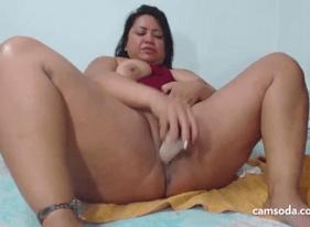 Gordinha da bucetona precisando de pau se masturba na cama