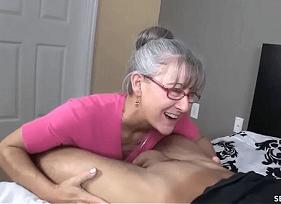 Velha Mamando com prazer na rola do genro