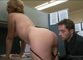 Delícia de Coroa transando no local de trabalho com o seu colega